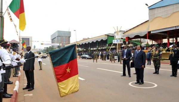 Le Presdident paul Biya devant le drapeau National lors de l'exécution de l'hymne national le 20 mai