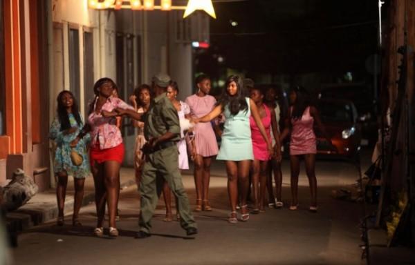 Des prostituées dans la nuit au prise avec la police
