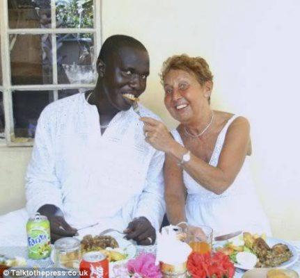 Couple d'un jeune africain avec une femme blanche agée