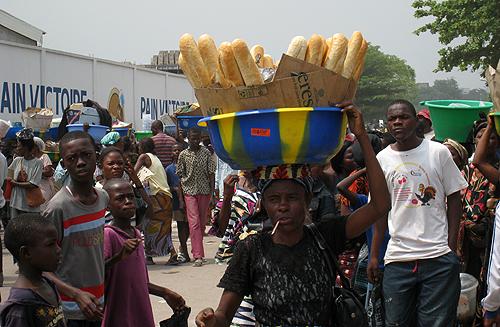 femme debrouillarde, vendant du pain dans la rue