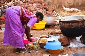 Une femme errant à manger après avoir fait la cuisine