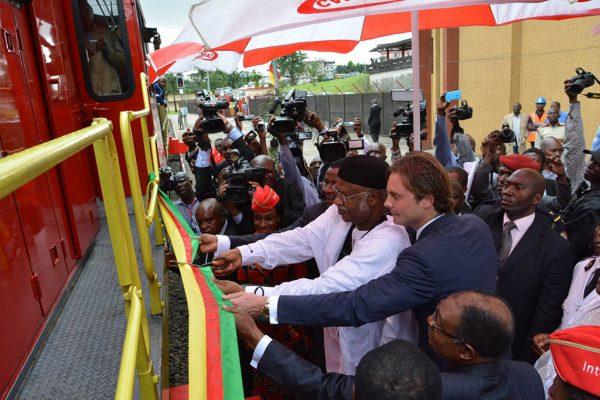 Le premier Ministre réceptionnant des locomotives d'un groupe français.