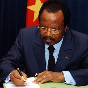 Le Président Paul Biya signant des actes...