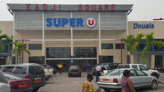 Le super marché Super U, d'un groupe français à Douala.