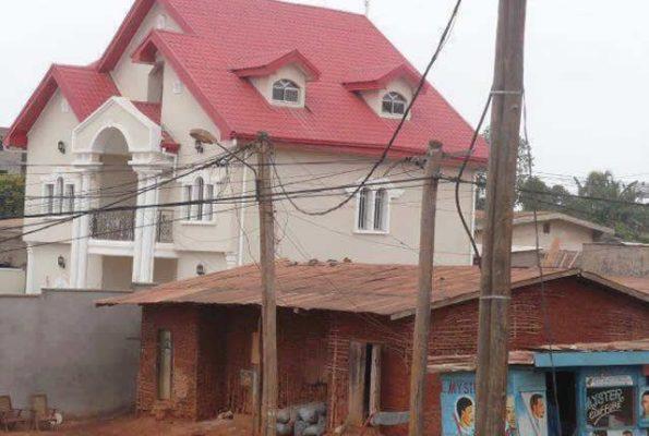 Une belle villa de riche à coté d'une cabane de pauvre