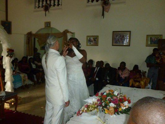 Un mariage mixte entre une Camerounaise et un Français.