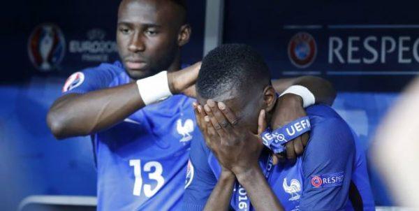 Des joueurs Noirs de l'équipe de France, en larmes