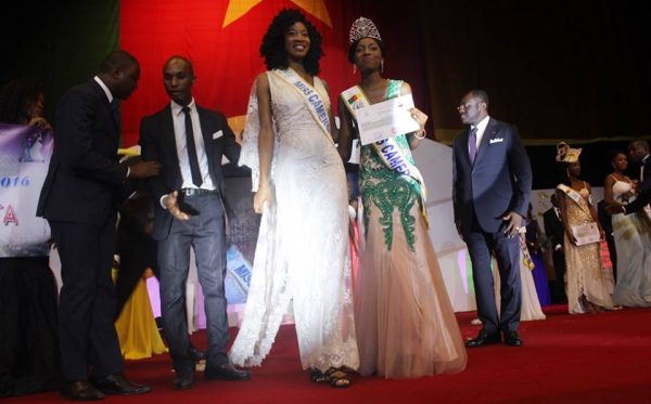 La Miss Cameroun recevant des prix.