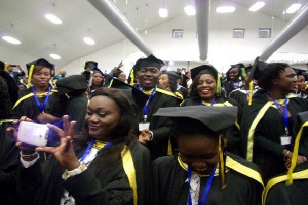 Des grands intellos célébrant leur diplômes...