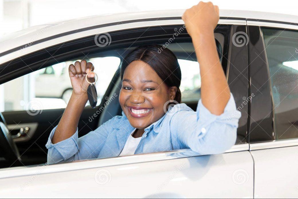 Femme au volant d'une luxueuse voiture