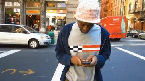Usager manipulant son téléphone sur la route...