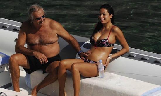 Jeune femme avec homme plus vieux et riche...