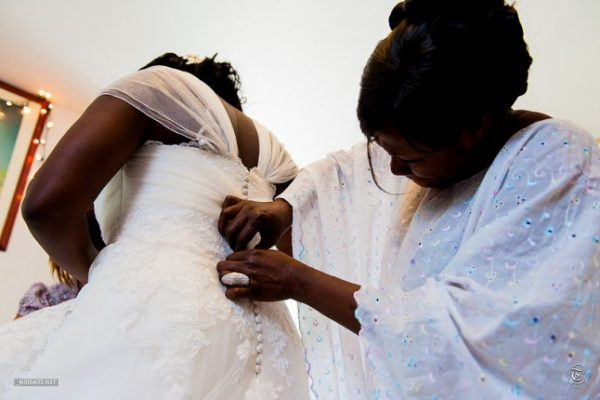 Future femme mariée entrain d'être habillée...