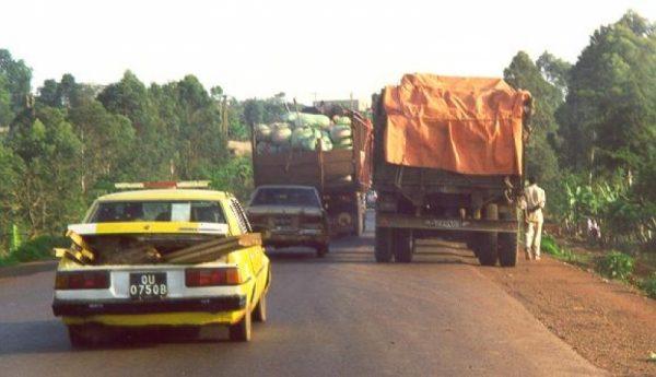 La route Yaoundé-Douala: un axe trop étroit, et des véhicules trop vetustes...