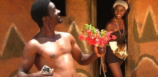 Femme surprise et heureuse d'une demande en mariage
